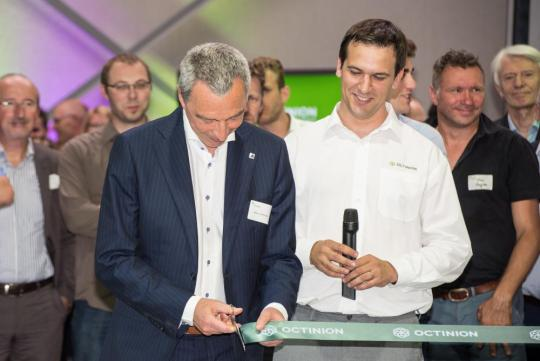 Marc Lambotte, CEO van Agoria (links) feliciteert Tom Coen, CEO van Octinion (rechts)